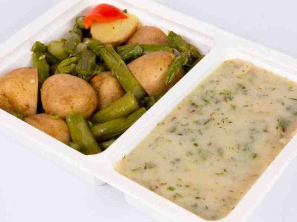 Cartofi noi la tava cu sparanghel sos cu verdeturi