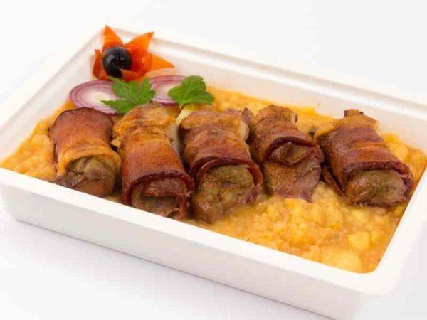Cartofi sfaramati cu ceapa ficatei de pui inveliti in bacon