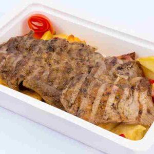 Ceafa de porc la gratar cartofi la tava cu bacon si ardei