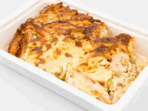 Conopida gratinata cu carne de pasare acoperita cu crema de branza topita