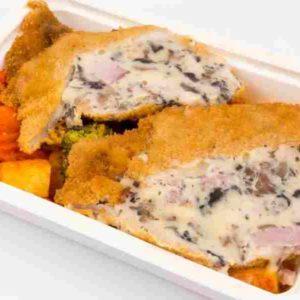 Cotlet de porc umplut cu cascaval bacon si ciuperci cartofi taranesti la tava cu legume