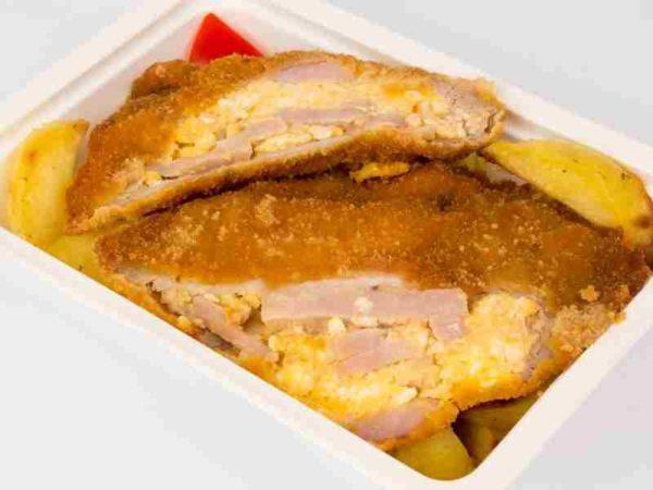 Cotlet de porc umplut cu omleta si sunca cartofi la tava
