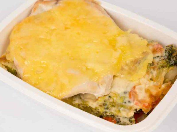 Dietetic Felie piept de curcan cu cascaval legume gratinate la cuptor cu smantana