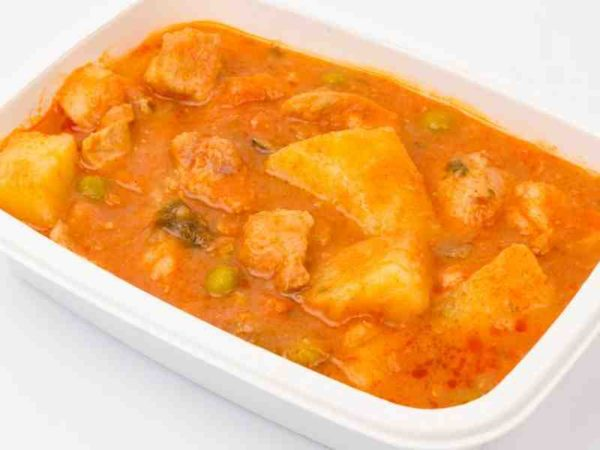 Dietetic Papricas usor din cubulete de pui prajite cu legume si cartofi