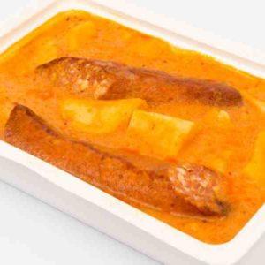 Mancare de cartofi cu maghiran carnati de casa la tava