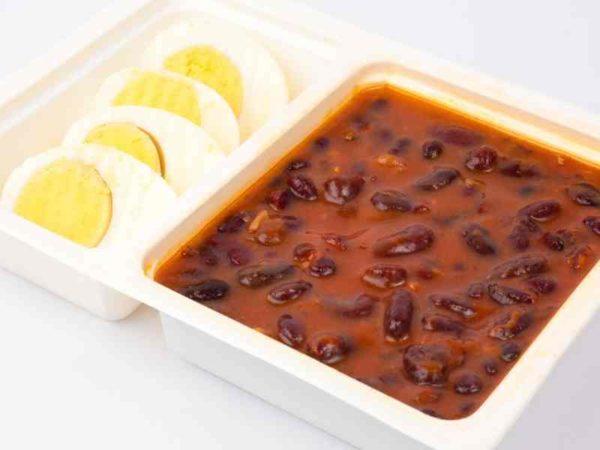 Mancare de fasole boabe cu chili ou fiert