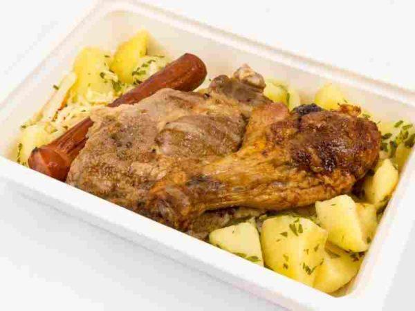 Mix grill ceafa de porc cabanos ciocanel de pui cartofi cu patrunjel