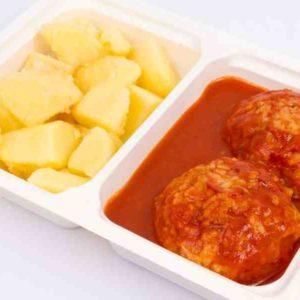 Perisoare din carne de pasare in sos de rosii cartofi natur