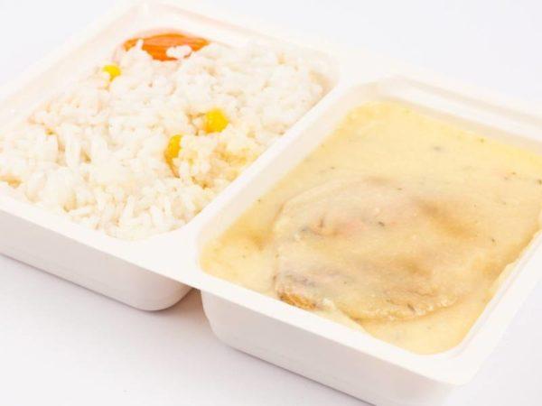 Piept de pui grill orez cu porumb sos de cascaval