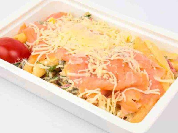 Salata de paste penne colorate cu somon afumat ruccola si maioneza cascaval ras