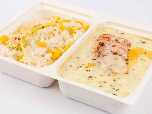 Somon grill in sos de smantana si tarhon orez iasmin cu porumb