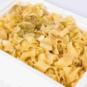 Varza condimentata cu piper amestecata cu paste rumenite la cuptor