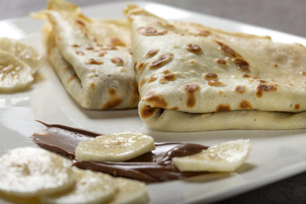 crepes with banana and chocolate sauce B7F65G7