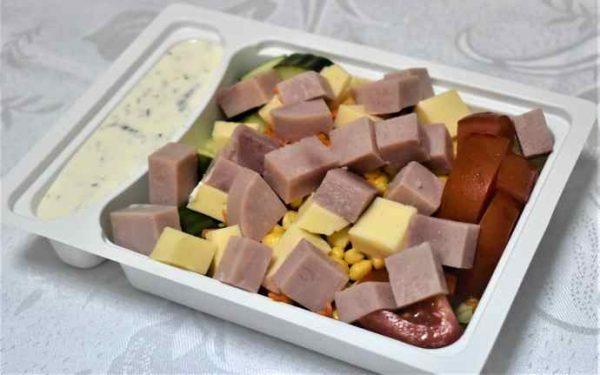 Salata tricolora sunca cascaval sos maioneza verdeturi