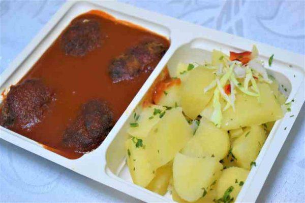 Chiftelute marinate sos rosii cartofi patrunjel