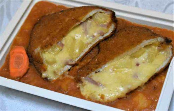 Cotlet porc umplut cascaval sunca ananas cartofi sfaramati ceapa