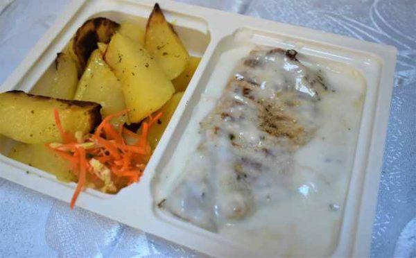 Cotlet porc grill sos usturoi cartofi tava